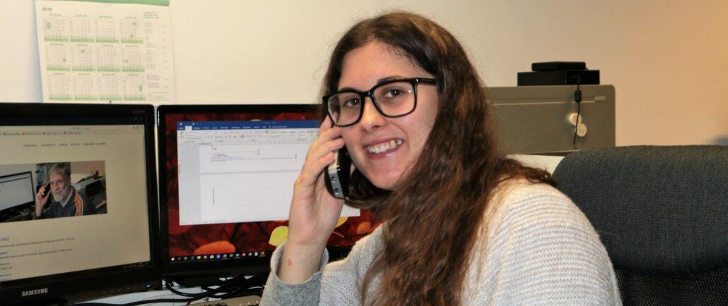 Gordana Petric im Büro am telefonieren